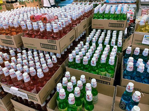 スーパーに並ぶ大量のラムネ