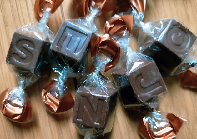 名糖アルファベットチョコレート 薄焼きクレープ 中のチョコ写真